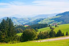 Wiesen und Häuser in den österreichischen Alpen Lizenzfreies Stockbild