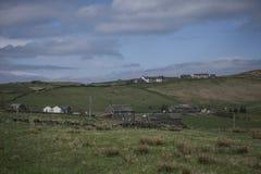 Wiesen und Häuser in Wales - sonniges Wetter lizenzfreie stockbilder
