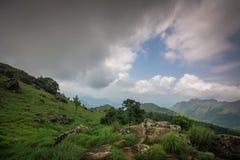 Wiesen und Wolken von der Ponmudi-Hügel-Bergstation lizenzfreies stockbild