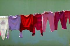Wieszać odziewa z kolorowym tłem w Południowa Afryka wiosce Fotografia Stock