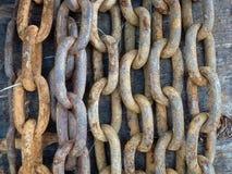 Wieszać rzędy rdzewiejący łańcuch z wielkimi połączeniami Obraz Royalty Free
