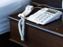 Wiesza up telefon na drewnianym stole Obrazy Stock