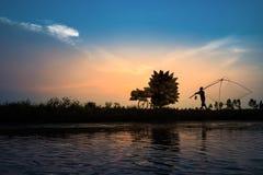 Wieszający jen Wietnam, Lipiec, - 9, 2016: Wietnamska wiejska wieś zmierzchu scena z sylwetka rolnikami niesie bambus ryba łapać  zdjęcie royalty free