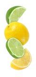 Wieszający, spadać, latający kawałka wapna i cytryny owoc odizolowywać Obraz Royalty Free
