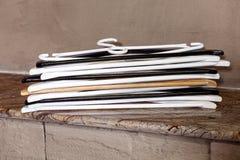 Wieszaka brązu sterty stołowego plastikowego białego czarnego przyjęcia pusty fałd dużo zdjęcie royalty free