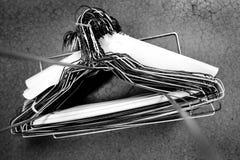 Wieszaki na słupie dla wiszącej odzieży w szafa magazynie zdjęcie royalty free