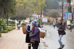 Wietnam, Czarne Hmong kobiety w Sa Pa miasteczku fotografia stock
