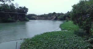 WIETNAM, KWIECIEŃ 15: Chwytająca ryba w Sai Gon rzece zbiory wideo