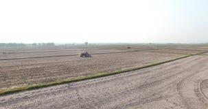WIETNAM, KWIECIEŃ 15: Syndykata żniwiarz pracuje na polu w Tay Ninh zdjęcie wideo
