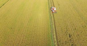 WIETNAM, KWIECIEŃ 15: Syndykata żniwiarz pracuje na polu w Tay Ninh Zdjęcia Royalty Free