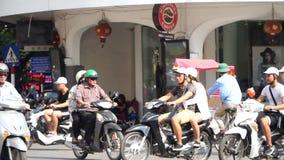 WIETNAM, KWIECIEŃ 15: Ruch drogowy na Hai Noi ulicie zbiory