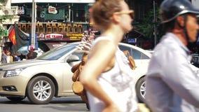 WIETNAM, KWIECIEŃ 15: Ruch drogowy na HANOI ulicie zbiory