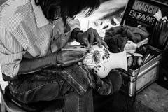 Wietnam, mężczyzna naprawiania waza Fotografia Royalty Free