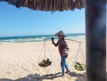Wietnam ne, owocowy sprzedawca na plaży Morze Obrazy Stock