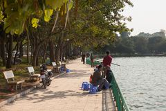 Wietnam Rybacy łowi przy Zachodnim jeziorem Zdjęcia Stock