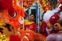 Wietnam, Styczeń - 22, 2012: Smoka tana artyści podczas świętowania Wietnamski nowy rok Zdjęcia Stock
