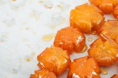 Wietnamczycy słodzący kumquats na wypiekowym prześcieradle Zdjęcia Royalty Free