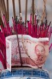 Wietnamczyk Dong z kadzidłem wtyka przy świątynią w Wietnam obraz royalty free