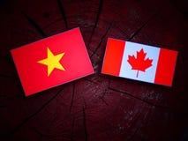 Wietnamczyk flaga z kanadyjczyk flaga na drzewnym fiszorku odizolowywającym zdjęcia stock