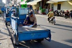 Wietnamscy ludzie czyta gazetę Fotografia Royalty Free