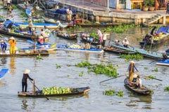Wietnamscy ludzie na łodzi przy Nga Nam spławowym rynkiem w ranku fotografia stock