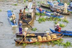 Wietnamscy ludzie na łodzi przy Nga Nam spławowym rynkiem w ranku zdjęcie stock