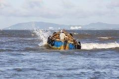 Wietnamscy ludzie pracuje na łodzi obraz stock