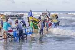 Wietnamscy ludzie pracuje na plaży fotografia stock