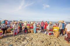 Wietnamscy ludzie pracuje przy Tęsk Hai rybim rynkiem Obrazy Royalty Free
