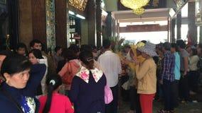 Wietnamscy ludzie przy świątynią w Saigon zbiory wideo