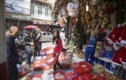 Wietnamscy ludzie robi zakupy Bożenarodzeniowe dekoracje Zdjęcia Stock