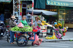 Wietnamscy ludzie sprzedaży jedzenie i owoc Zdjęcie Royalty Free