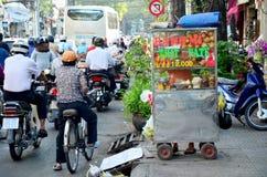 Wietnamscy ludzie sprzedaży jedzenie przy sklepem na ulicie blisko Ben i owoc Obraz Stock
