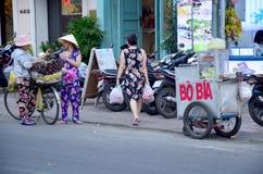 Wietnamscy ludzie z Rowerową owoc i karmowym sklepem Zdjęcie Royalty Free