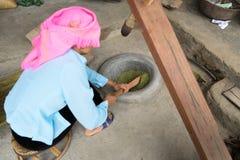 Wietnamscy mniejszości etnicznej kobiety ubijanie ryż robić glutinous ryżowego płatka Com fotografia stock