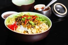 Wietnamscy wermiszel z milczkami lub babeczki karmazynką z arachidami i nią fotografia royalty free
