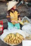 Wietnamska kobieta przy ulicznym rynkiem Fotografia Stock
