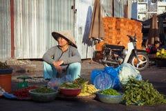 Wietnamska kobieta przy ulicznym rynkiem Obrazy Stock