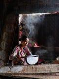 Wietnamska kobieta robi ryżowemu papierowi obraz royalty free