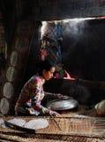 Wietnamska kobieta robi ryżowemu papierowi obrazy stock