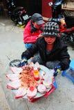 Wietnamska kobieta sprzedaje kałamarnicy Fotografia Stock