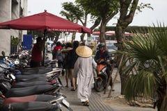 Wietnamska kobieta w tradycyjnym conical kapeluszu na ulicie Fotografia Royalty Free
