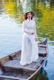 Wietnamska kobieta z Ao Dai suknią Obrazy Stock