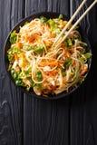 Wietnamska kurczak sałatka z ryżowymi kluskami, marchewkami i ziele, ma Fotografia Royalty Free