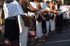 Wietnamska mniejszość etniczna wykonuje tradycyjnego tana przy wydarzeniem organizującym w Dakla zaludnia zbliżenie jest ubranym  fotografia stock