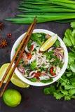 Wietnamska wołowina kluski polewka Pho Bo z wołowiną na ciemnym tle obrazy royalty free