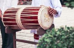 Wietnamski bęben Muzyk trzyma sztuki i bęben ja Zdjęcie Royalty Free