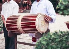 Wietnamski bęben Muzyk trzyma sztuki i bęben ja Obraz Royalty Free