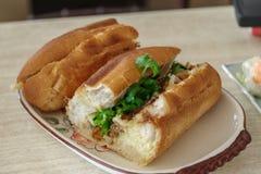 Wietnamski karmowy grilla rozwidlenia banh mi Fotografia Royalty Free
