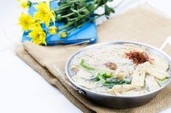 Wietnamski kluski na biel ziemi stole - wybrana ostrość Zdjęcia Royalty Free